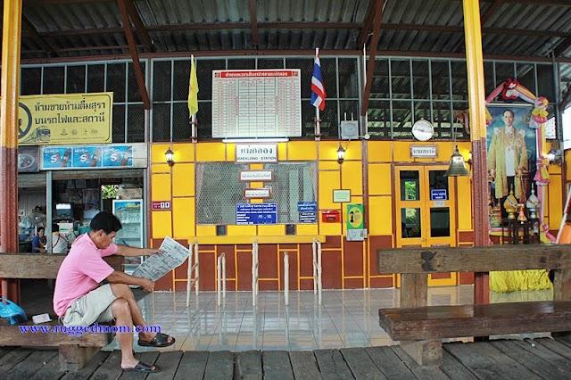 Talad Rom Hub (Maeklong Railway Market) | Pasar Basah Unik Di Bangkok
