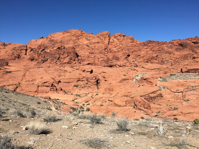 Aavikkoa ja kallioita