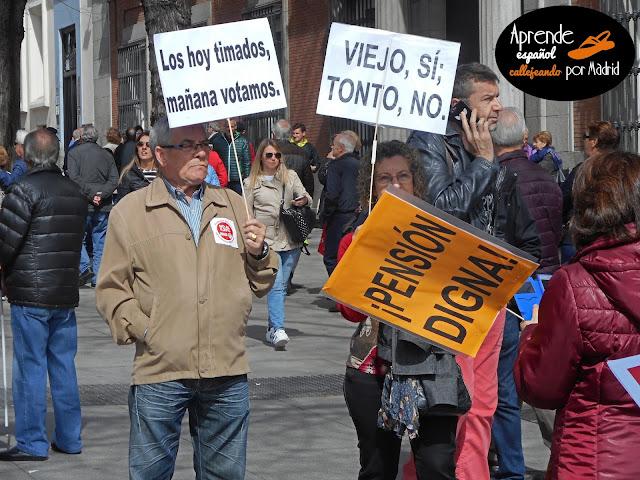 Aprende español callejeando por Madrid: Jubilados jorobados