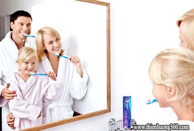 Cả nhà cùng nhau đánh răng sẽ làm các em rất thích thú
