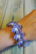 http://translate.googleusercontent.com/translate_c?depth=1&hl=es&rurl=translate.google.es&sl=en&tl=es&u=http://happyberrycrochet.blogspot.co.uk/2014/02/how-to-crochet-flower-bracelet-yarn.html&usg=ALkJrhgJKCXhQp04k3nwu_ir7J3aOw_Gow