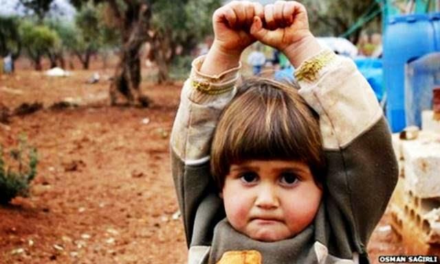 bocah suriah angkat tangan tanda menyerah