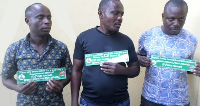 policemen collect bribe from yahoo boys