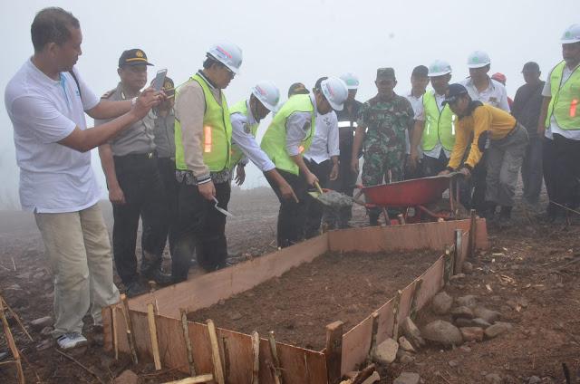 Ban Pecah Tidak Jadi Penghalang Emil Dardak Tinjau Pembanguan Jalur Karanggandu-Paldaplang