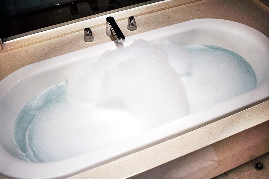 bath tub hotel wellness