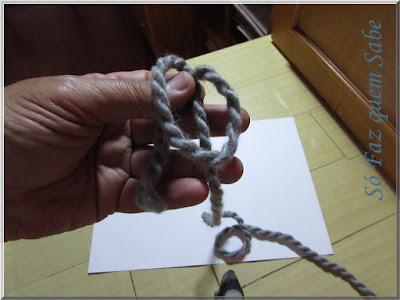Foto mostrando o laço do fio colocado sobre a ponta maior para execução do nó corrediço ou nó de correr.