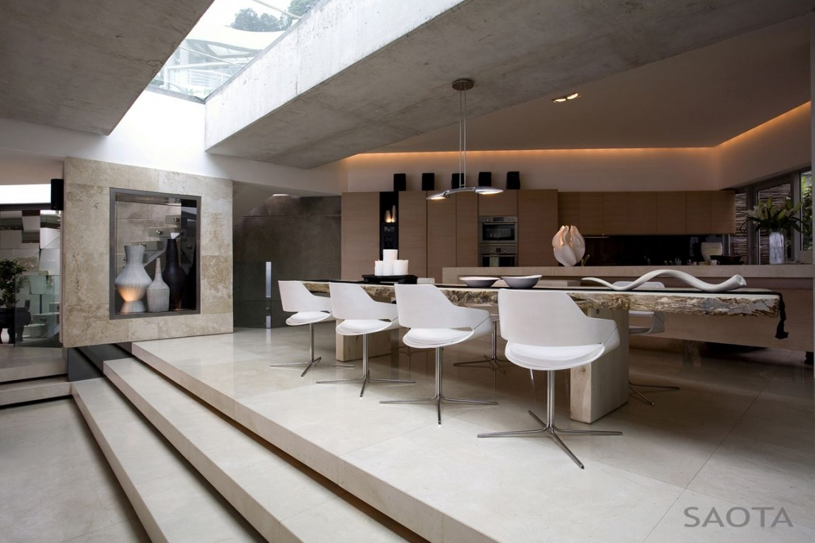 Amazing Mansion House By Saota Overlooking The City And