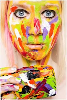 Retrato de mujer rubia con cara pintada