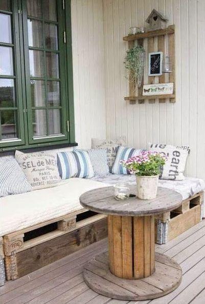 балкон с мебелью из палет и столом из катушки