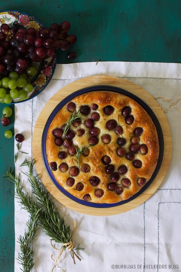 Focaccia con uvas y romero