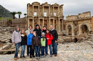 O nosso grupo na frente de Biblioteca de Éfeso