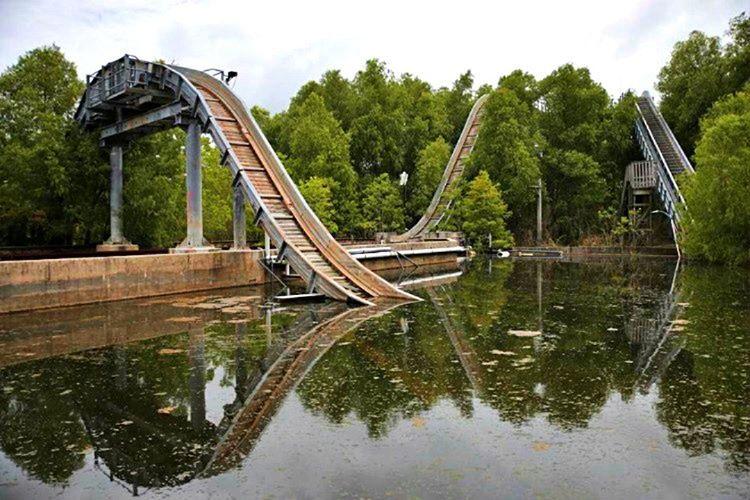 Six Flags New Orleans, 2005'te gerçekleşen Katrina Kasırgasıyla yerle bir oldu.