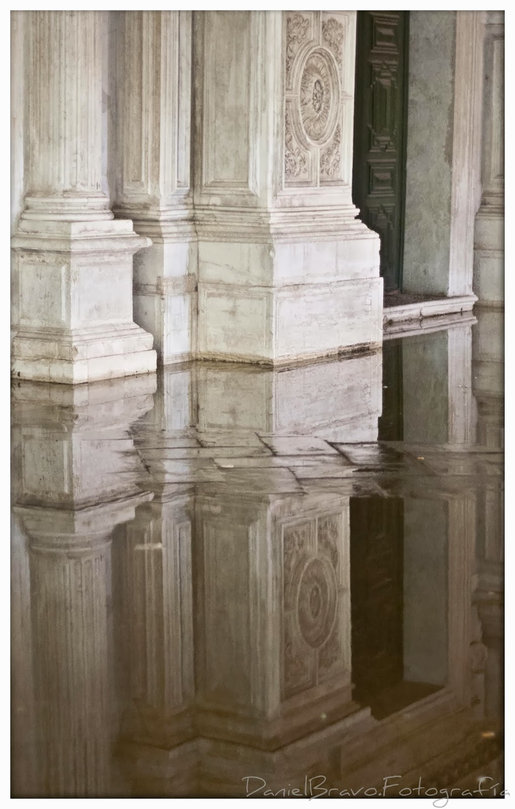 Vista de la marea alta en Venecia reflejada en una iglesia de la ciudad