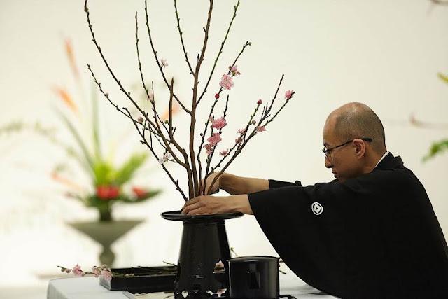Trong cách cắm hoa, cần tới sự hiểu biết về dòng thời gian và người nào có con mắt phân biệt có thể dễ nhận ra được điều này. Sự cắm hoa phải biểu hiện được thời gian, tháng, mùa, cũng như sự tăng trưởng liên tục của vật liệu sử dụng. Chẳng hạn như:  + Quá khứ: dùng hoa nở hết, trái cây khô hay lá cây khô.  + Hiện tại: dùng hoa nở nửa chừng hay lá cây hoàn hảo.  + Tương lai: dùng nụ hoa, nụ lá để hứa hẹn sự tăng trưởng sắp tới.
