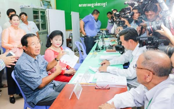 Prime Minister Hun Sen and his wife registering to vote. KT/Mai Vireak
