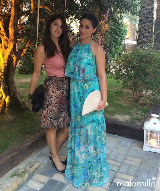 Dos invitadas a boda posando en el jardín