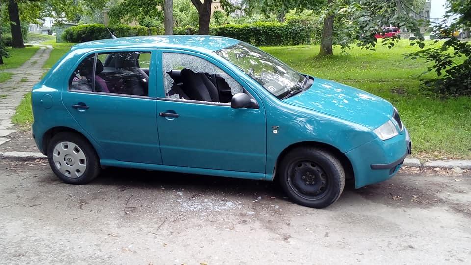 Izsitot stiklu aplaupa mašīnu Iļģuciemā