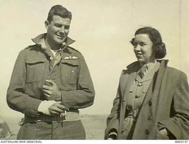 RAF officer with American journalist in North Africa, 4 December 1941 worldwartwo.filminspector.com