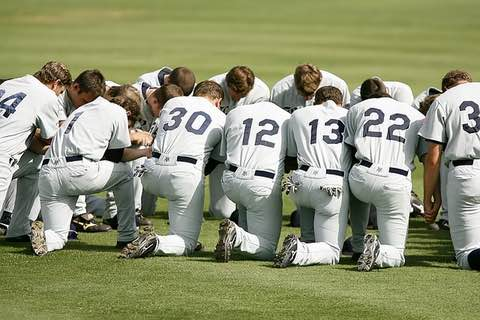 baseball team praying