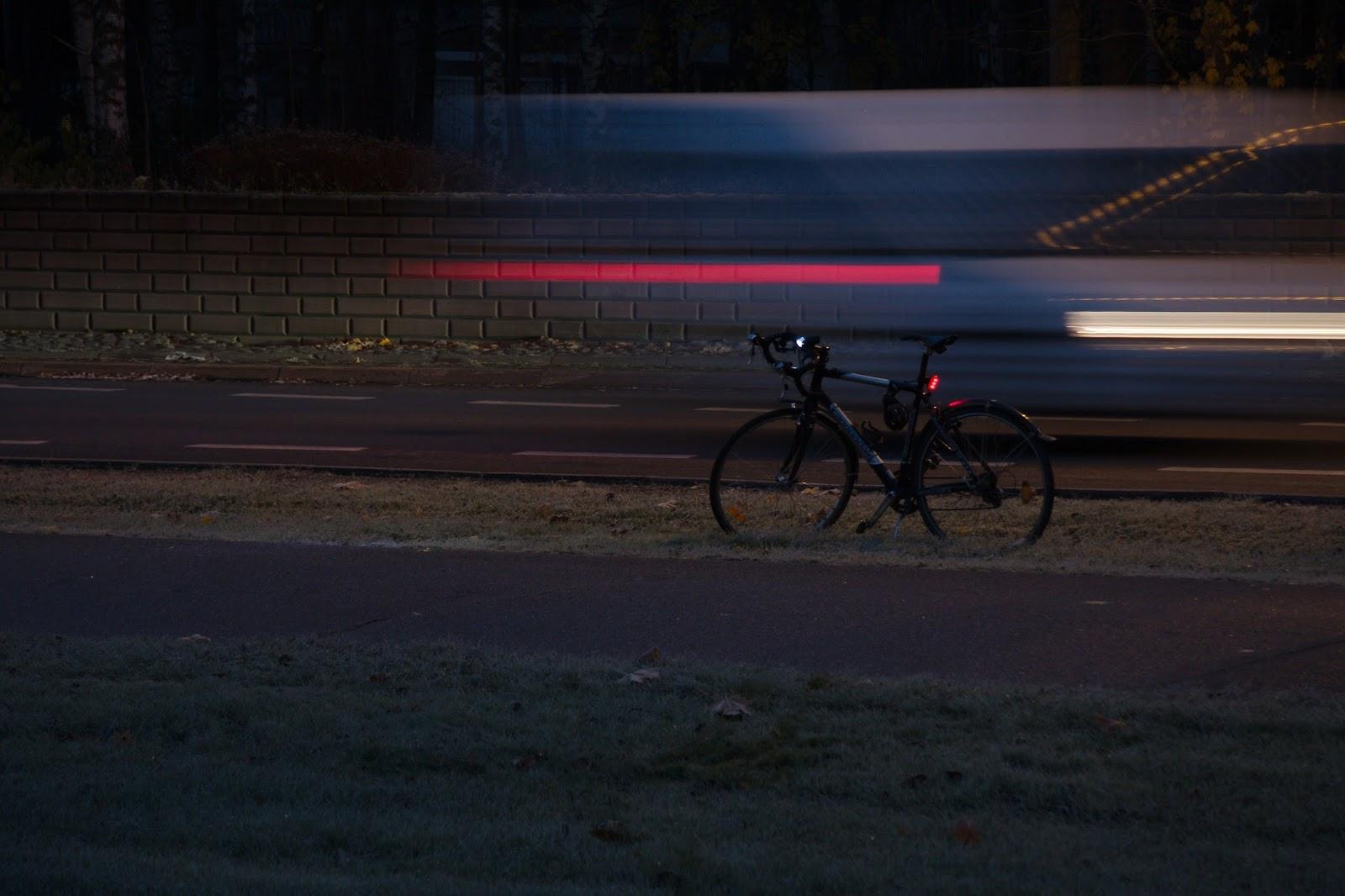 Autojen valoja aamuhämärässä Pohjois-Tapiolassa