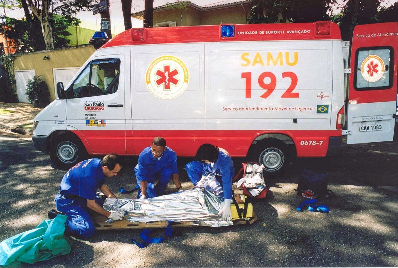 Profissionais do SAMU realizando um atendimento de urgência
