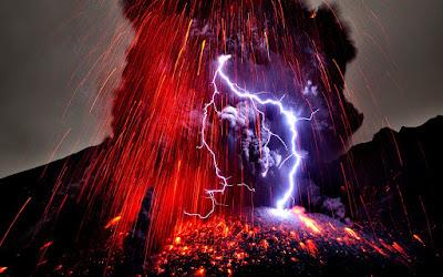 Genere vulcanico. Se pensavate che fiumi di lava incandescente non fossero abbastanza drammatici, basta solo che ci mettiate una buona dose di fulmini. Infatti è stato osservato che durante l'eruzione di diversi vulcani compreso il vulcano Islandese Eyjafjallajokull del 2010.