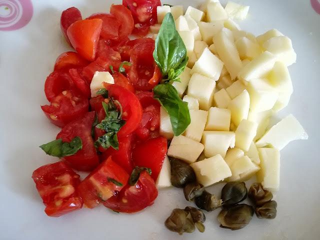 Insalata di pasta pomodori, basilico, capperi e solaretto