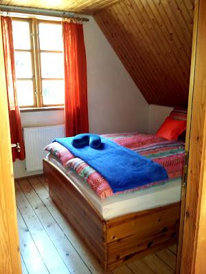 Das  französische Bett im kleineren Doppelzimmer