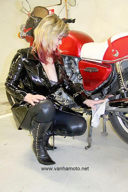 moottoripyörä, pvc-takki, tekonahkahousut, korkosaappaat - motorbike, pvc-coat, fake leather pants, hi heels boots