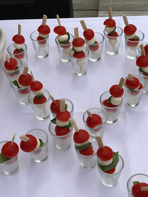Caprese sticks,  shades of raspberry and apricot, lake-side wedding in the Bavarian mountains, Garmisch-Partenkirchen, Germany, wedding venue Riessersee Hotel, wedding planner Uschi Glas, getting married abroad