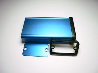 Caixa Hammond 1455D801 (versão em anodizado azul). Esta é a caixa recomendada para o projecto.