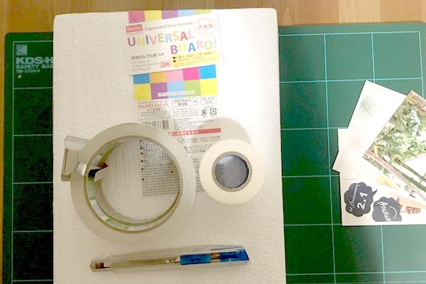 使うもの:100均の発泡スチロール板,両面テープ,カッター,カッターマット,写真,マスキングテープ白