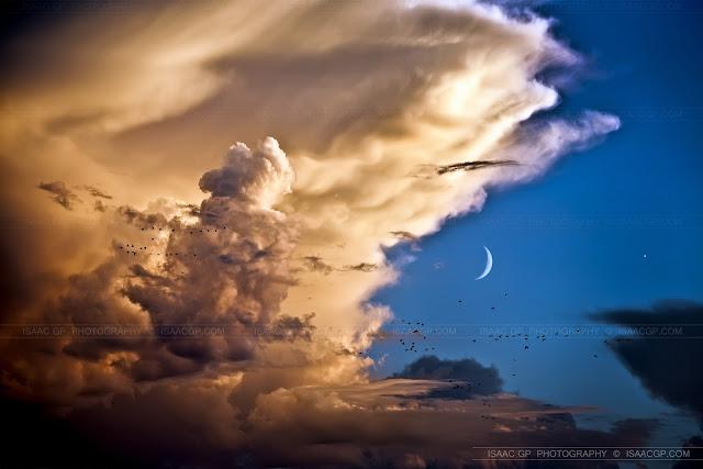 Những đám mây, đàn chim, Hằng Nga và Thần Vệ Nữ. Hình ảnh: Isaac Gutiérrez Pascual.