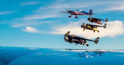 màn biểu diễn của người phản lực và máy bay