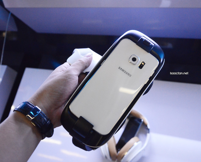 Love how the Samsung S6 is integrated into the Samsung Gear VR, a perfect fit