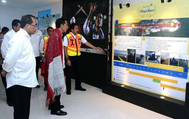 Presiden RI Jokowidodo saat mengecek bandara Silangit.