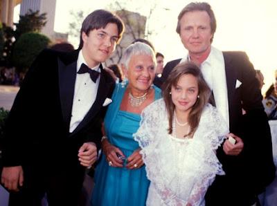Foto de Angelina Jolie de niña con su papá