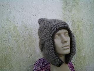 gorro com o modelo aviador tricotado  com lã de ovelha cinza e marrom