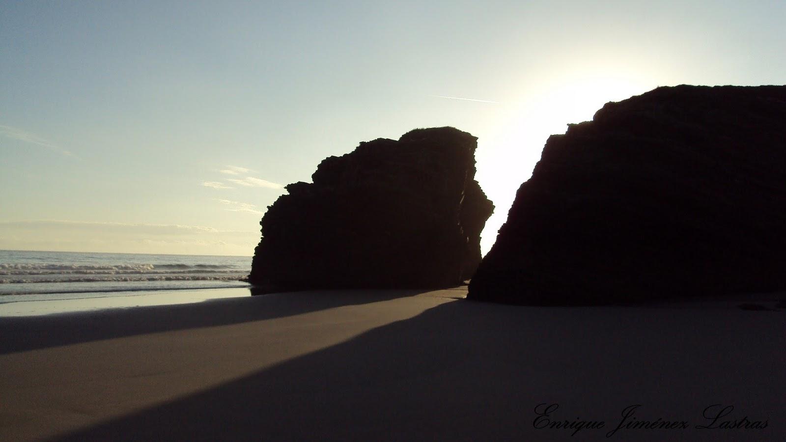 amanece en la playa de las catedrales