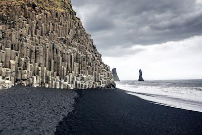 columnas de basalto en la playa de arena negra de vík