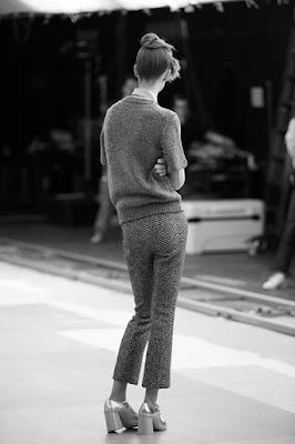 Mary Jane con tacco medio indossato con un completo pantalone