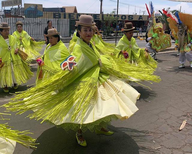 Periodistas en el Carnaval de Arica: Se transformaron en noticia bailando