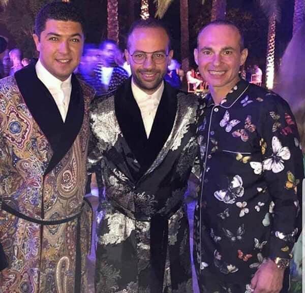 حفل زفاف  رجل اعمال والمعازيم بالبيجاما وقمصان النوم