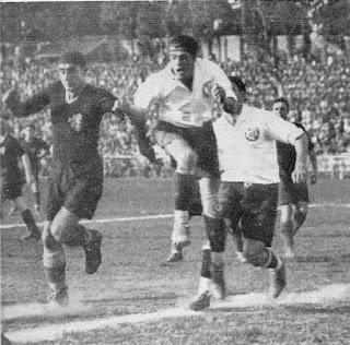 Angelo Schiavio (in maglia scura) in azione contro il Corinthians, marcato da Del Debbio.