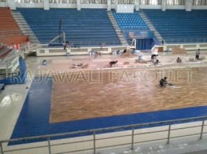 Aplikasi lantai kayu parket untuk lapangan basket.