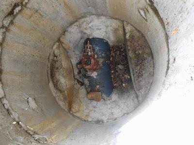 Труба проходящая внутри колодца