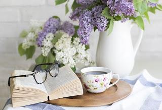 gafas,libro y cafe en una mesa de cuarto de estar