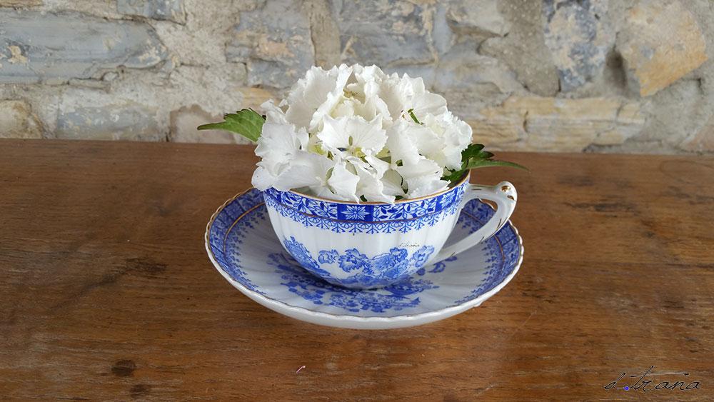 Composición Pieza de loza antigua de la marca Santa Claara colección Bleu con hortensia blanca