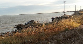 Penitenciario borracho cayo al rio con el auto