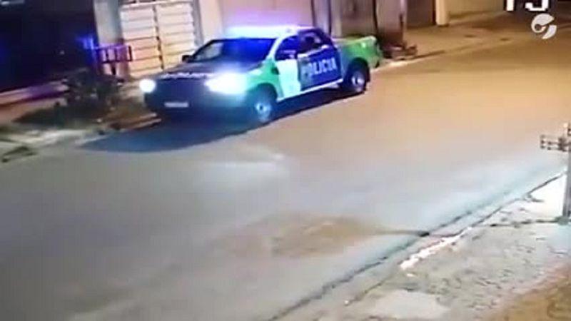 Insólito: policías usaron el patrullero para explotar un globo que encontraron en la calle